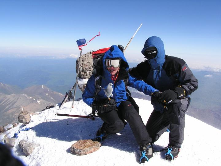 Miňo a Hanka na vrchole 5642 m vysokého Elbrusu