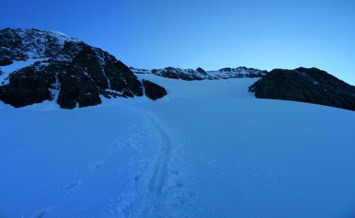 Ráno na ľadovci Kodnitzkees pod južnou stenou, cesta pokračuje výšvihom v pravo cez Kampl