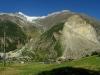 """Vľavo hore vidno vrchol \""""Bieleho rohu\"""", vpravo gigantický zosuv z roku 1991 - cca 10 mil m³ zeme v doline zrušilo"""